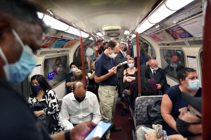 אנשים עם מסכה ברכבת התחתית בלונדון לאחר הסרת ההגבלות