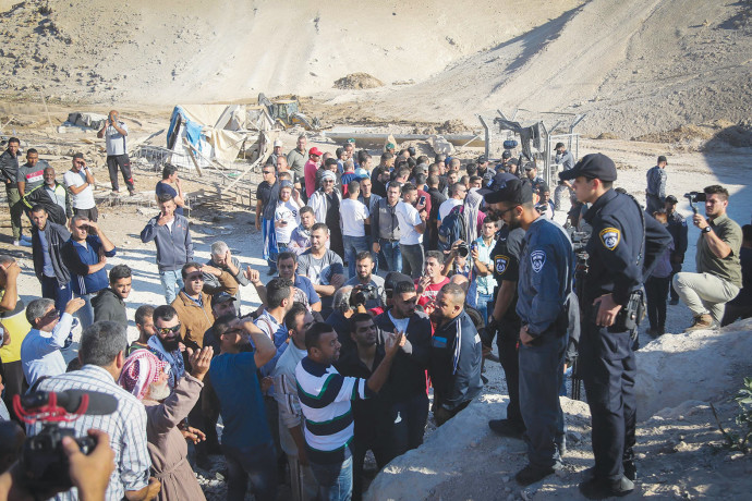 תושבי חאן אל אחמר ושוטרים בזמן ההריסה