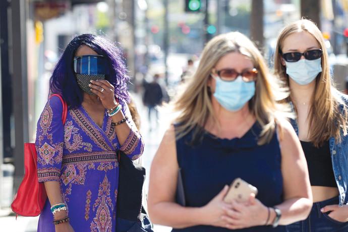 אנשים מסתובבים עם מסכות בלוס אנג'לס