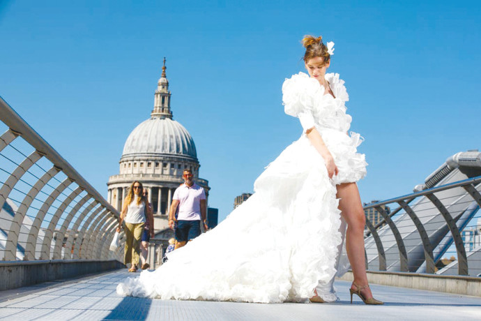 שמלת מסיכות הקורונה על רקע קתדרלת סנט פול בלונדון