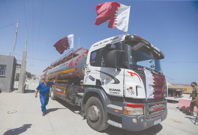 דגלי קטאר על משאית סולר במעבר רפיח