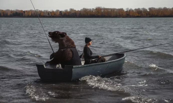 ורוניקה וארצ'י הדוב דגים יחד באגם