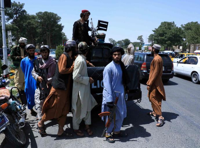 כוחות הטליבאן בסיור בעיר שכבשו באפגניסטן