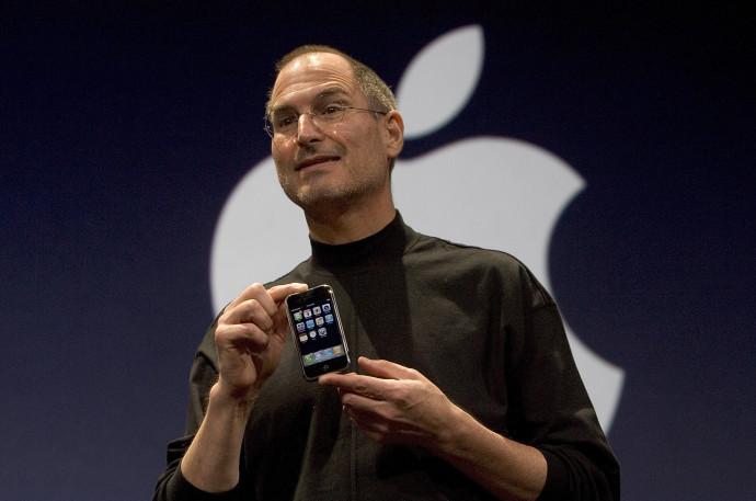 סטיב ג'ובס מציב את האייפון