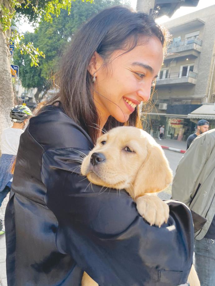 אישה מחבקת כלב