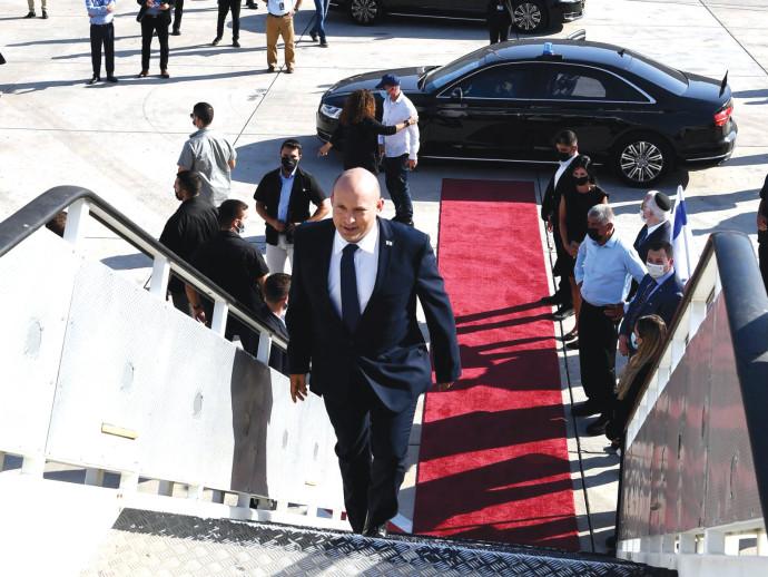 """ראש הממשלה נפתלי בנט עולה על המטוס לארה""""ב"""