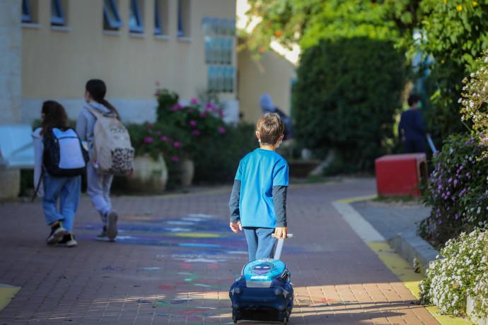 ילד הולך לבית הספר