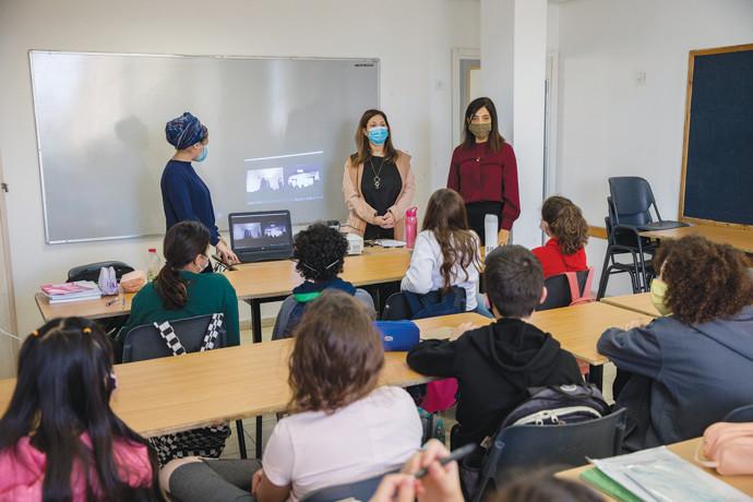 תלמידים בכיתה בתקופת הקורונה