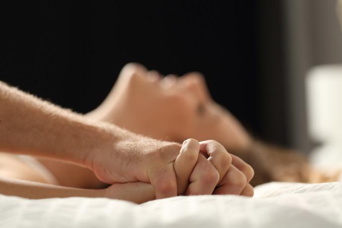 בני זוג עושים סקס
