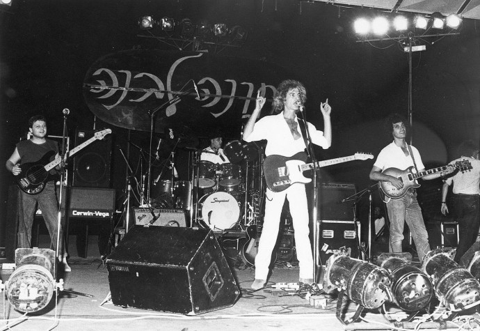 """שלום חנוך במופע """"חתונה לבנה"""", 1981"""