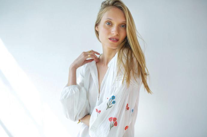 _חולצה לבנה מכותנה עם ריקמה של המותג גלביה 590 שקל צילום