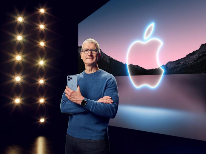 """מנכ""""ל אפל טים קוק מציג את האייפון 13 פרו"""