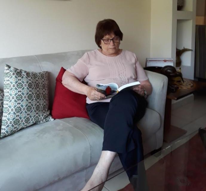 חנה בוקצ'ין קוראת ספר