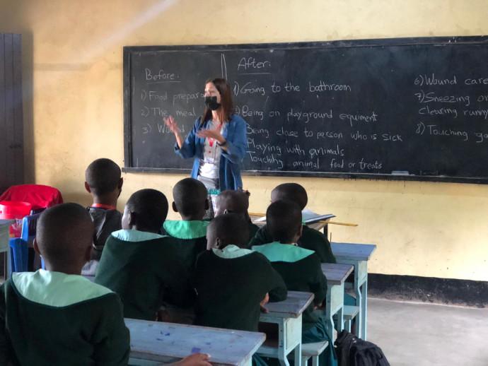 תזונת הילדים דלה. ילדים בבית הספר היסודי בכפר הימו בטנזניה