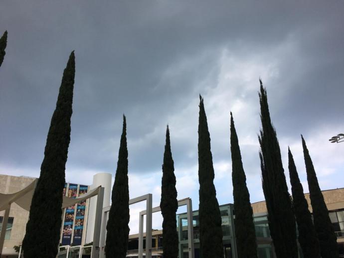 ענני גשם מעל תל אביב