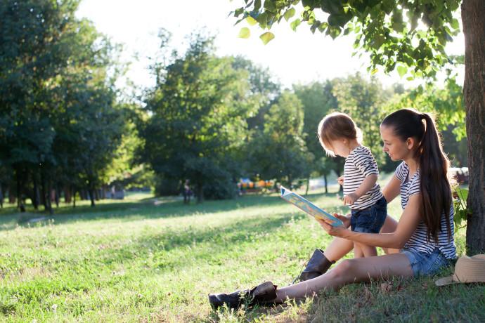 אמא וילד יושבים בפארק, אילוסטרציה