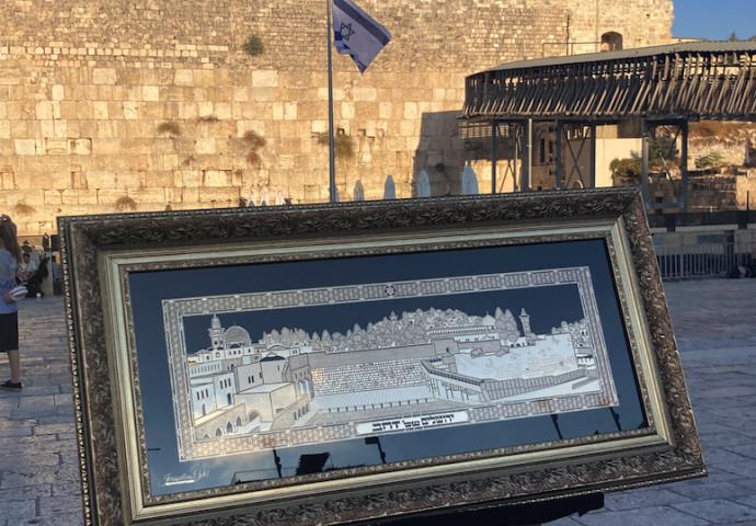 """""""ירושלים של זהב"""" -דגם של הכותל המערבי וירושלים, המורכב מפלטה ממוסגרת, מצופה זהב 24 קראט"""