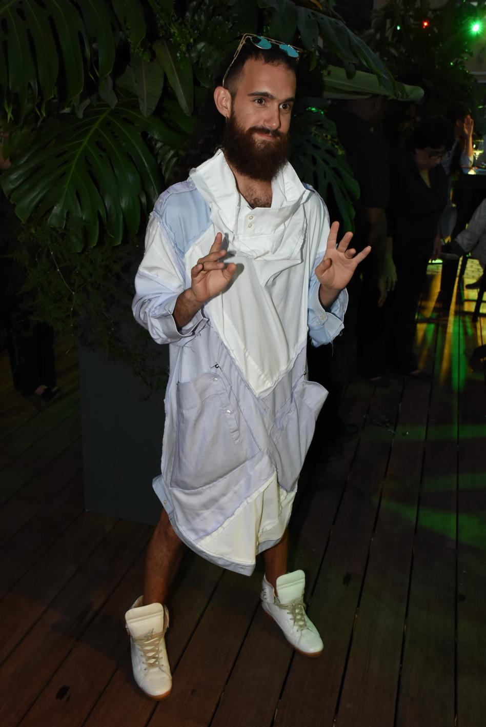המשתתף אודי כהן לובש... משהו