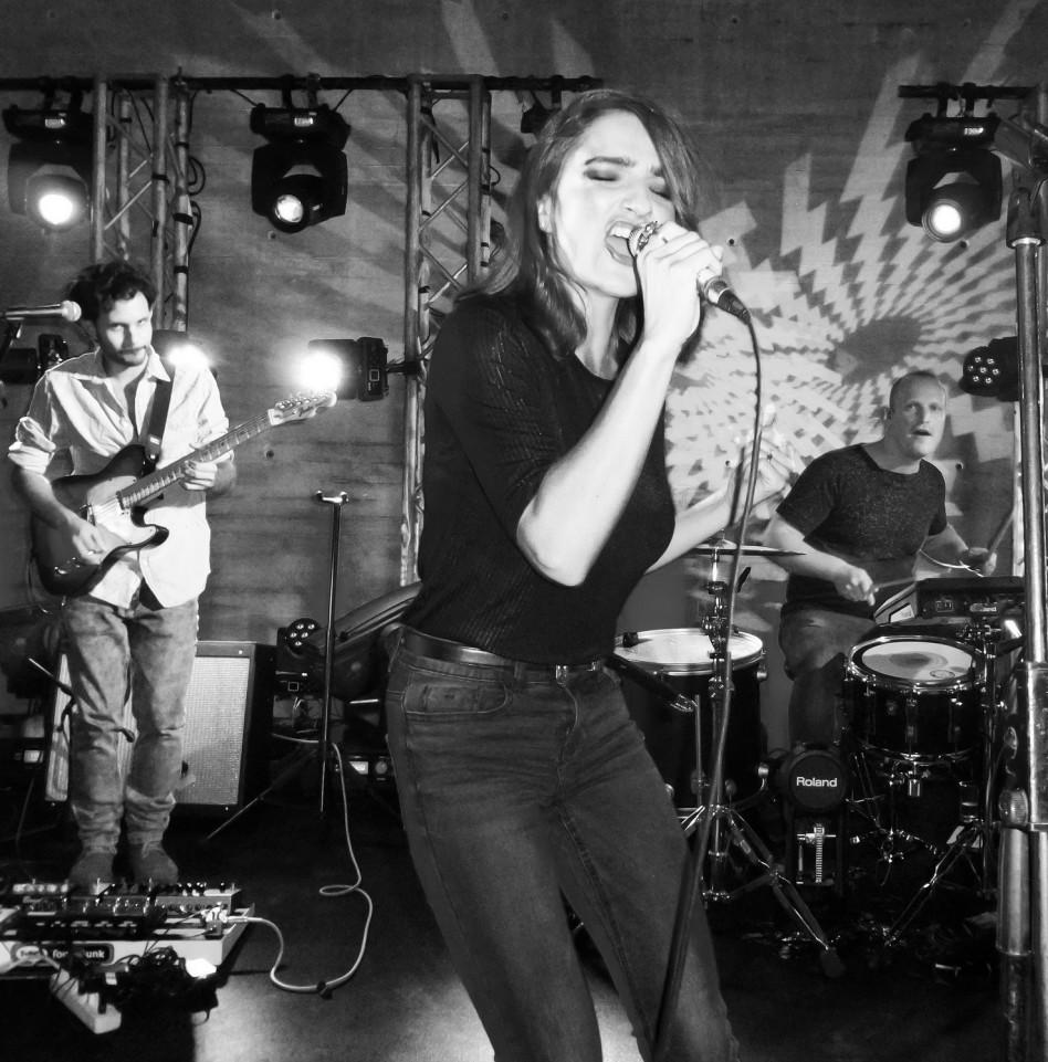 קורעת את הבמה. אניה בוקשטיין (צילום: עידו איז'ק)