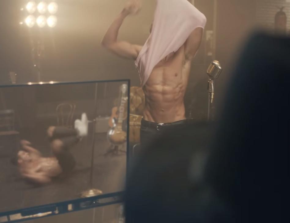 """מוריד חולצה! אסף גורן בקליפ ל""""Make Me..."""" (צילום מסך)"""