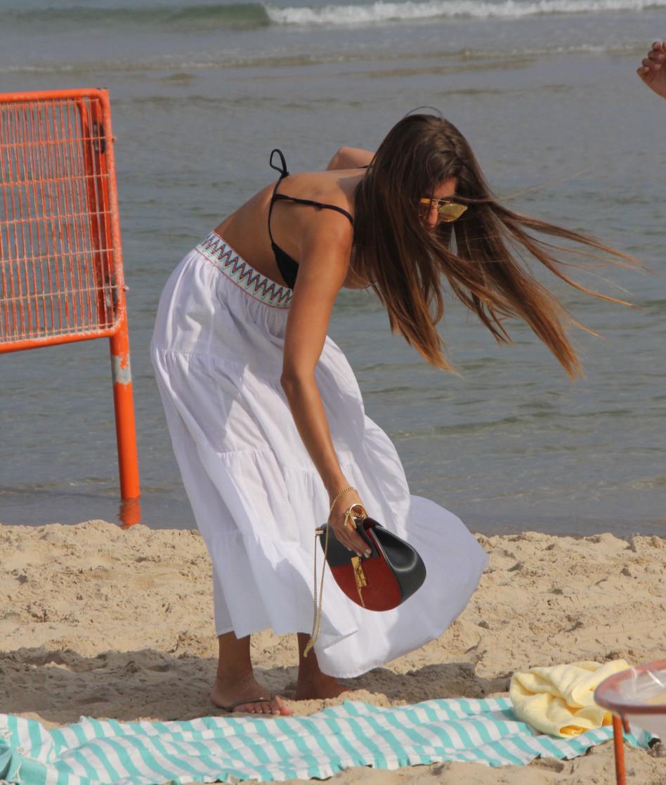 חופשיה. דנה זרמון מגיעה לחוף הים (צילום: ניר פקין)