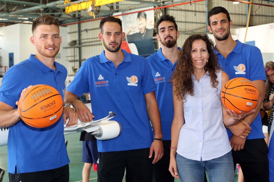 עינת ינאי עם שחקני נבחרת ישראל (צילום: סיון פרג')