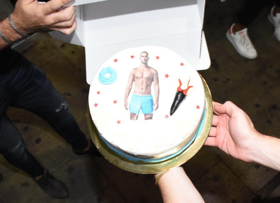 אם כבר עוגה עם תמונה...אז ברור שבלי חולצה!