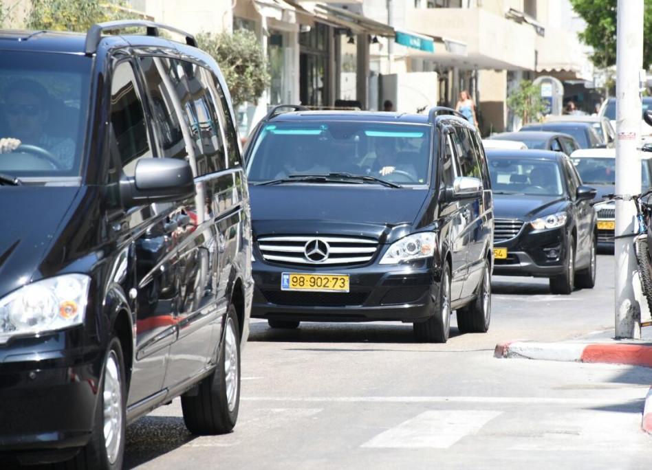 סיה מגיעה לבית המלון בתל אביב