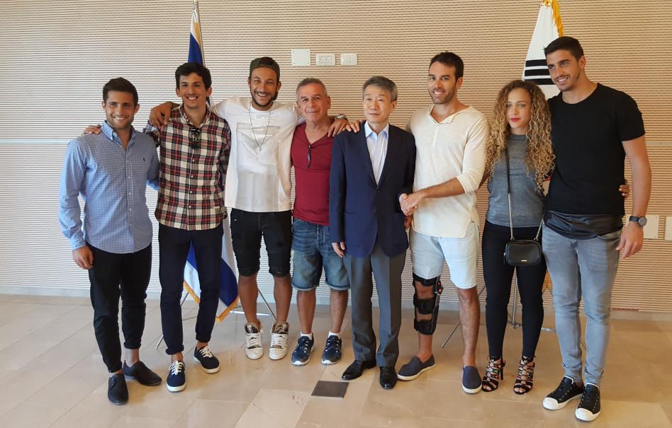 """לי גן-טה עם משתתפי """"המירוץ למיליון"""" (צילום: שגרירות קוריאה בישראל)"""