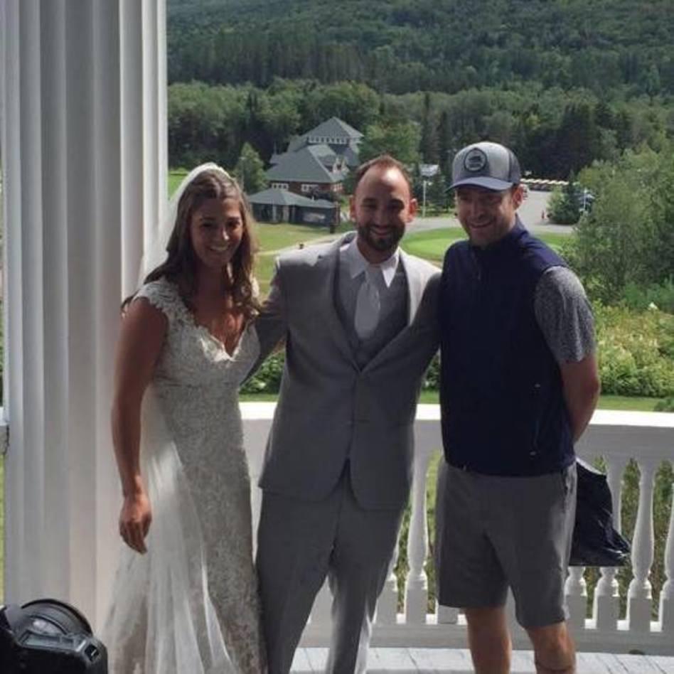 חיוכים של התרגשות. ג'סטין טימברלייק עם צ'לסי וריאן הזוג המאושר (צילום: צילום מסך פייסבוק, Chelsey Gaudet)