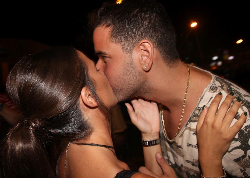 נשיקה רטובה מול כל המוזמנים. יה בייבי