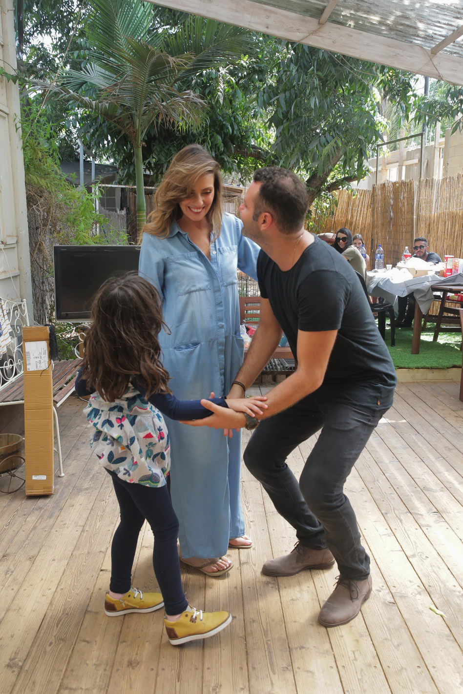 משפחה שכזאת. שמעון גרשון ומלי לוי עם היאלי (צילום: שוקה כהן)