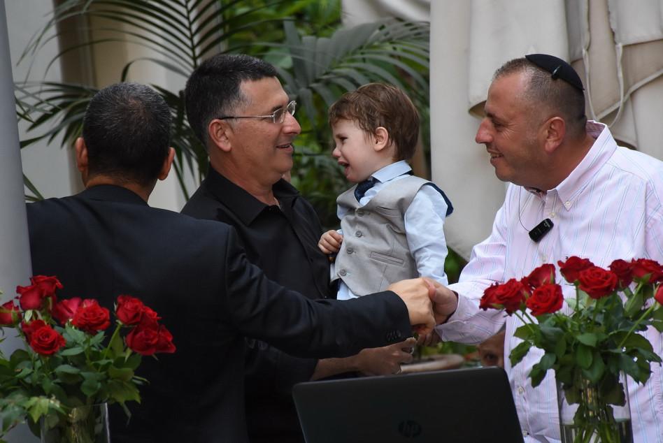 דויד, אבא מנסה לשמח חתן וכלה! גדעון סער עם בנו (צילום: אביב חופי)