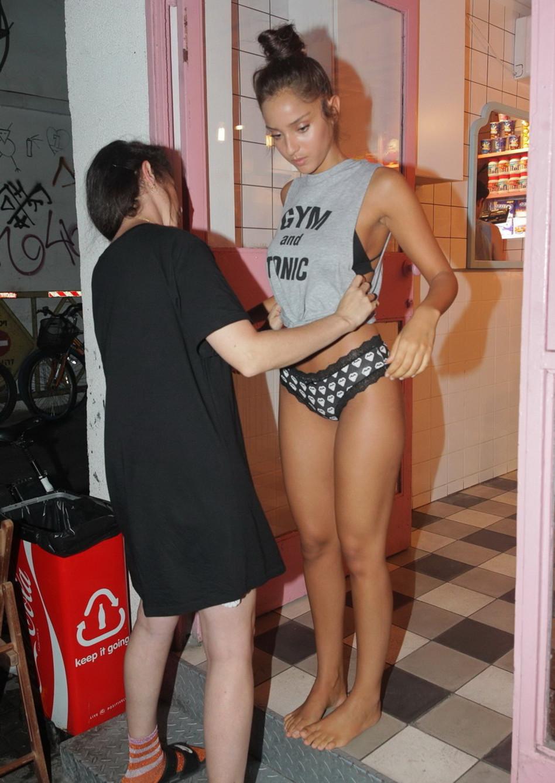 מותק, את לבושה מדי. נטע אלחמיסטר על הסט (צילום: שוקה כהן)