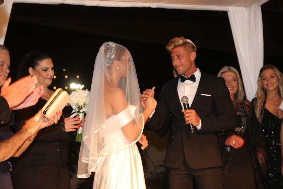 החתן לכלה שם טבעת!