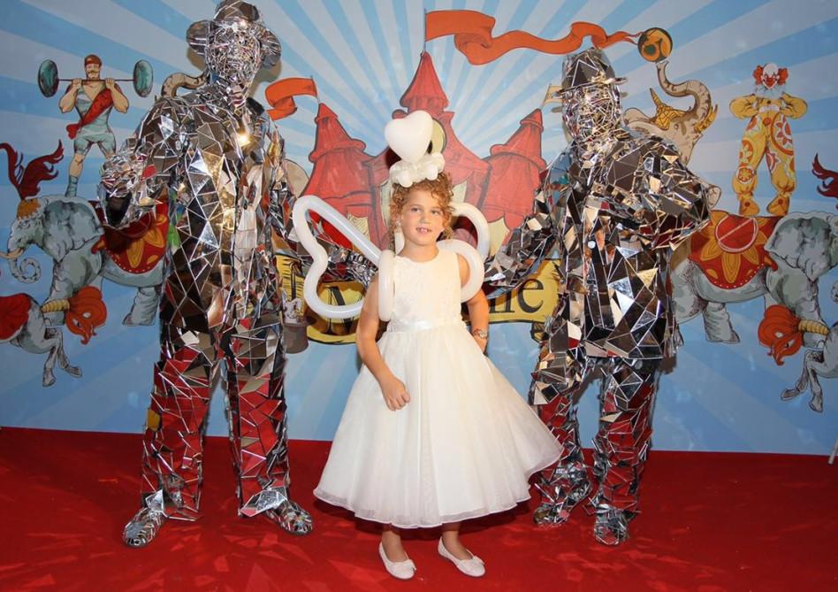 נסיכת הבלונים מישל, מקבלת את האורחים עם הליווי הצמוד שלה!