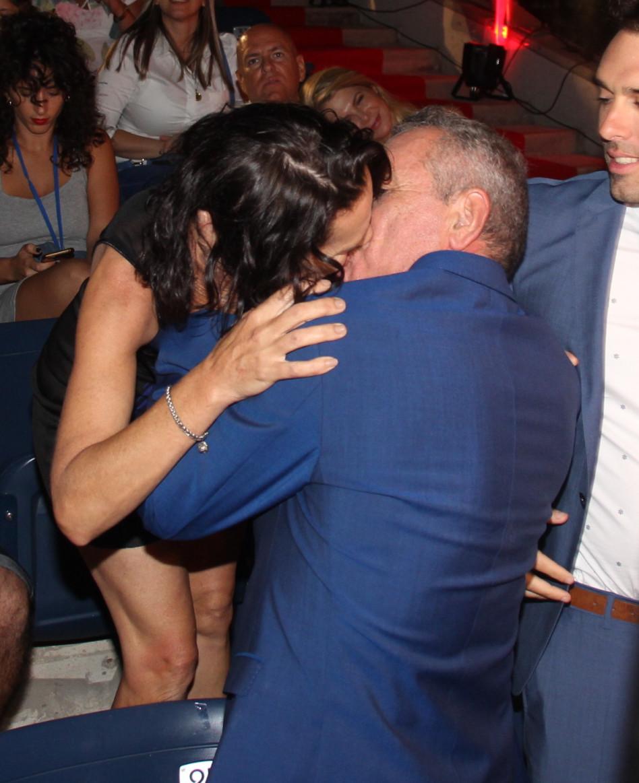 חותמים בנשיקה. עמית גל ואשתו (צילום: ניר פקין)