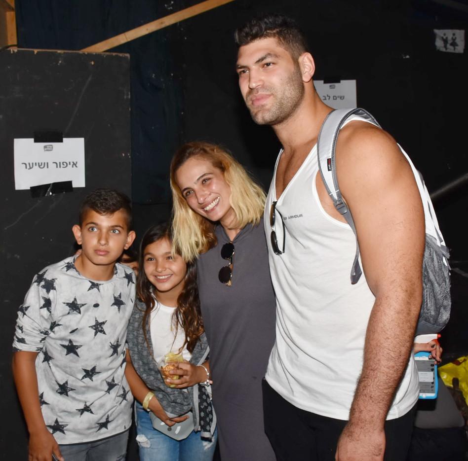תמונה עם גוד'וקאאאא. אילנית לוי והילדים עם אורי ששון