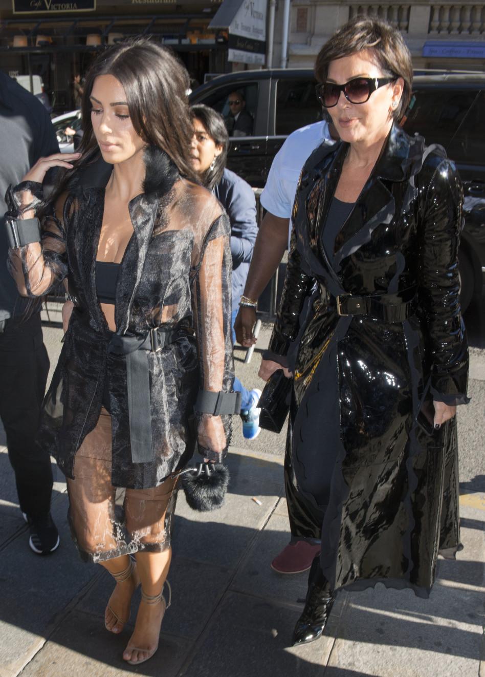 נכלאה בחדר האמבטיה. קים קרדישאן עם אמה בפריז (Splashnews)