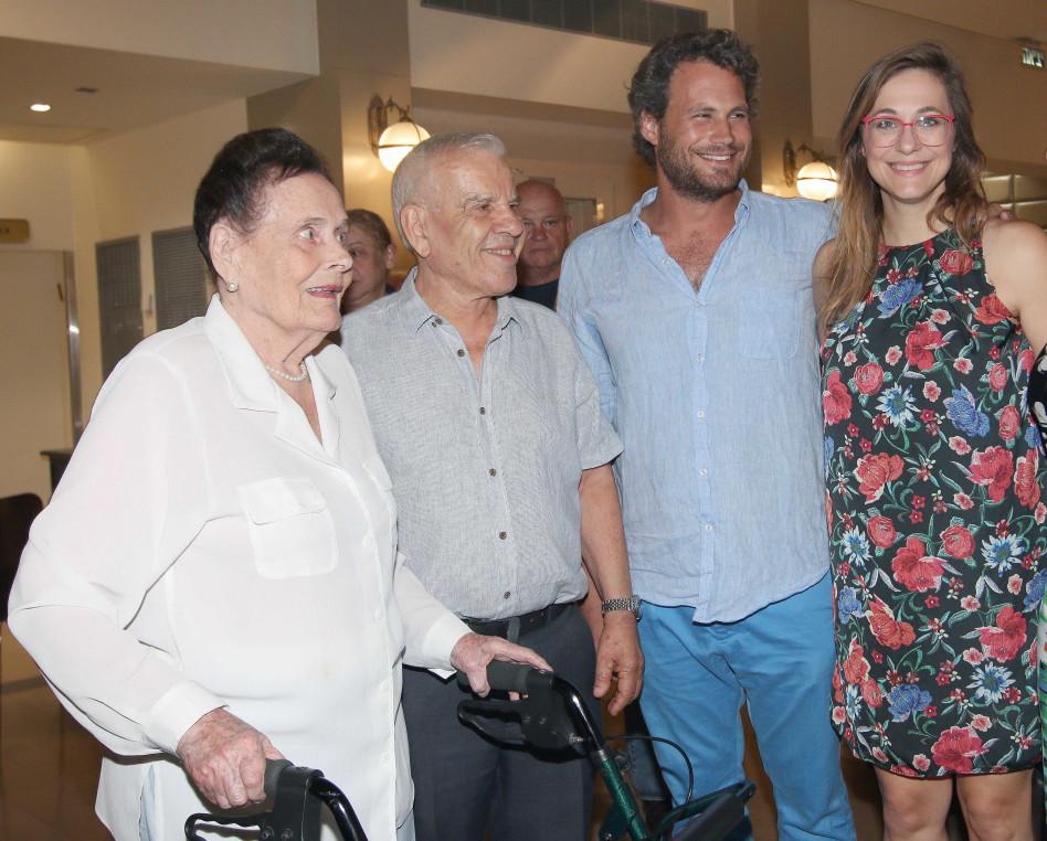 """לאוהב את סבתא. קרן פלס ונועם טור עם ד""""ר פישר וסוניה טור (צילום: ענת מוסברג)"""