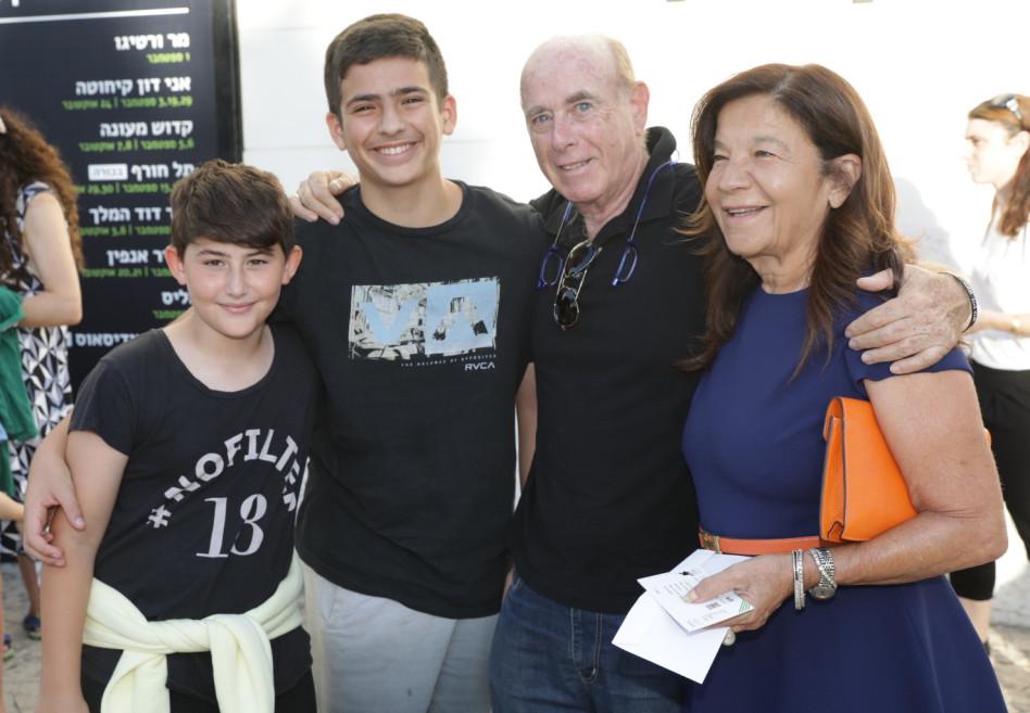 יפית גרינברג ובני ארד עם הנכדים (צילום: רפי דלויה)