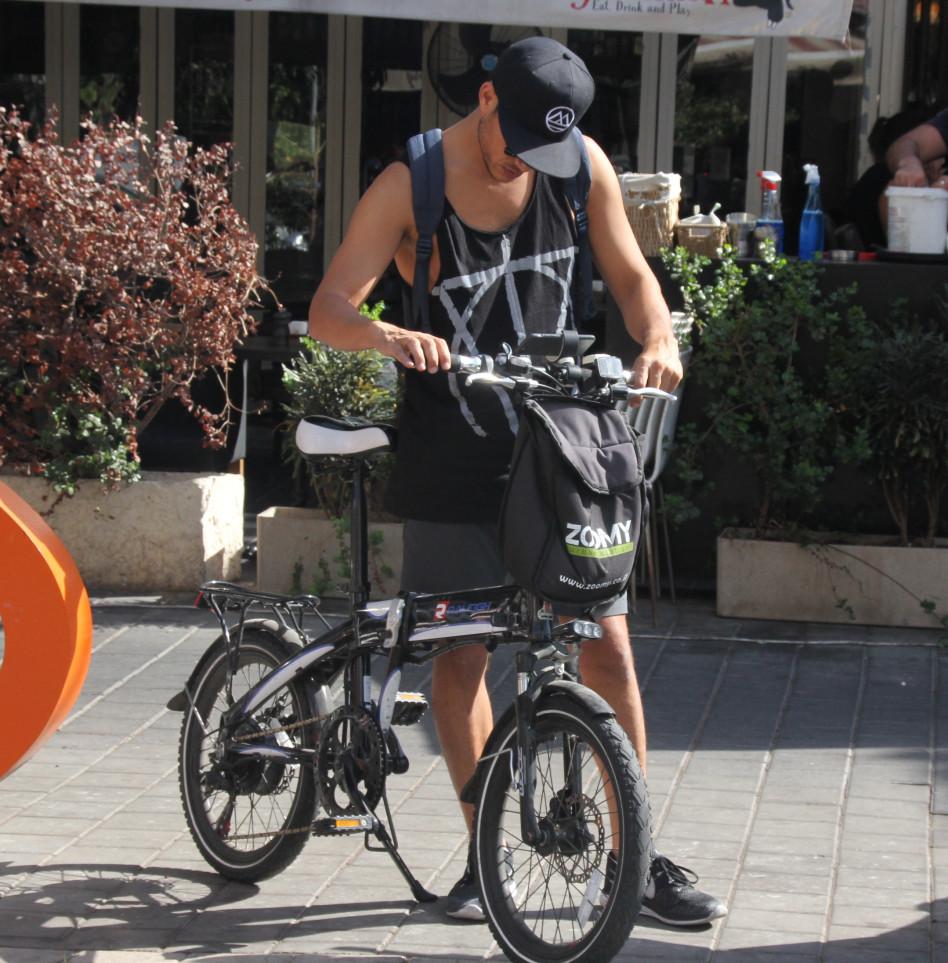אז איך זה עובד, האופניים האלה? אסי עזר (צילום: ניר פקין)