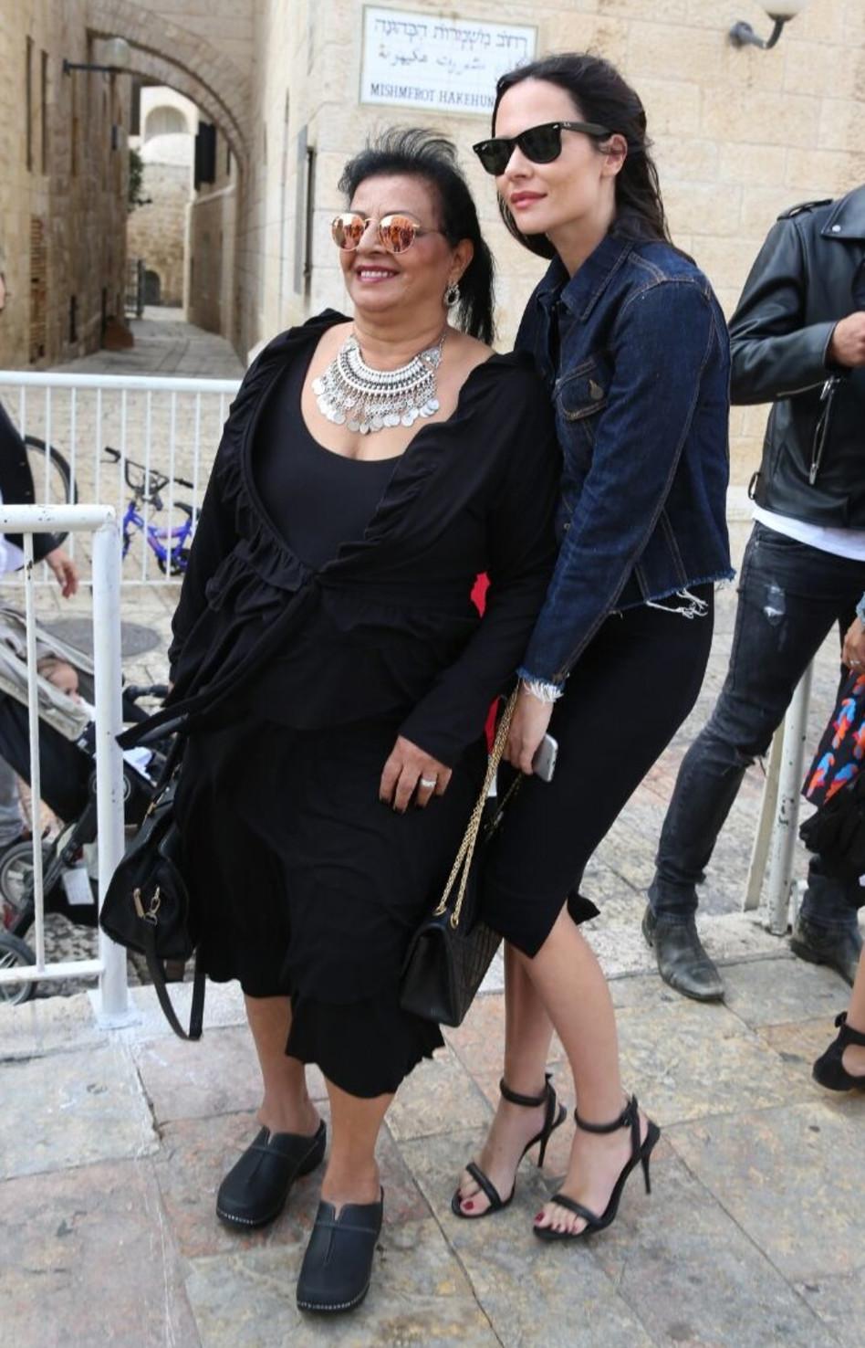 גם סבתוש מתרגשת. אמו של אייל גולן רונית עם מרינה קבישר