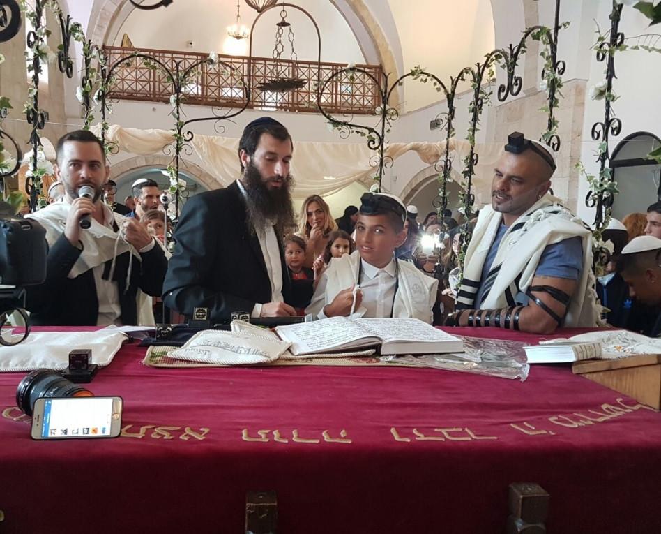 מפטיר. ליאם ואייל גולן בבית הכנסת