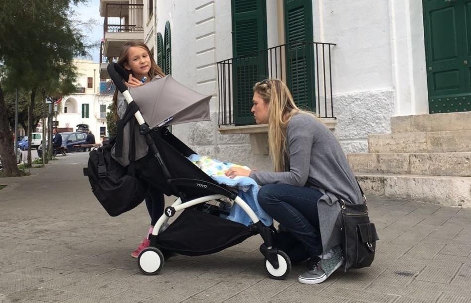 """""""מאמי, תרגיע"""". מיכל ינאי והילדים באיטליה (צילום גולשים)"""