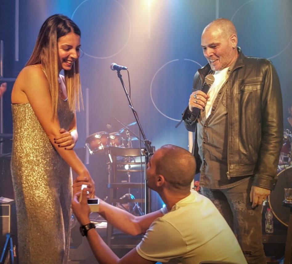 """""""אמרי לי כן"""". שיר לוי מציע נישואים, אבא ישי לוי ברקע (צילום: עוזי ג'ורג')"""