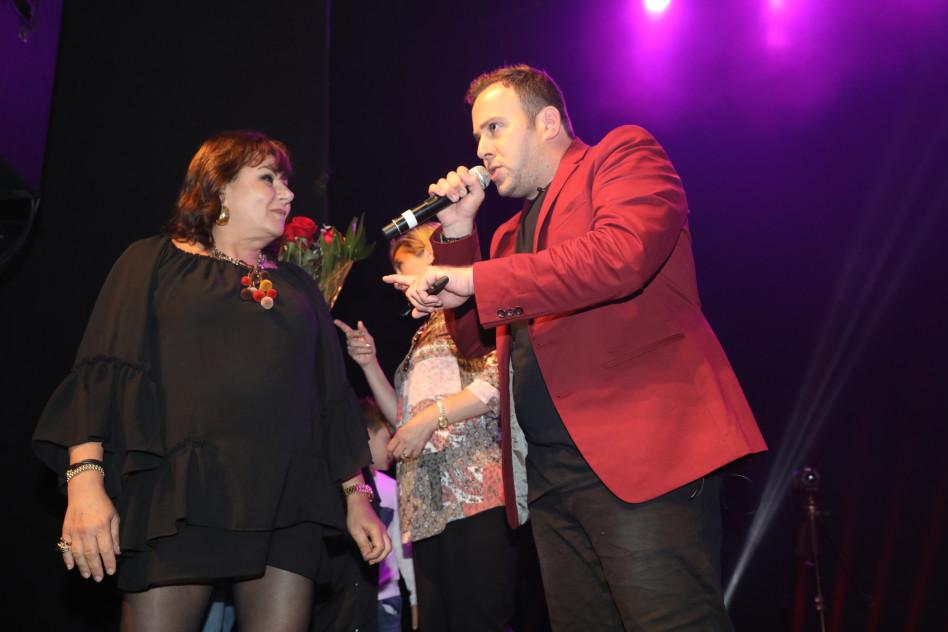 בינתיים על הבמה. ניקי גולדשטיין עם חנה לסלאו