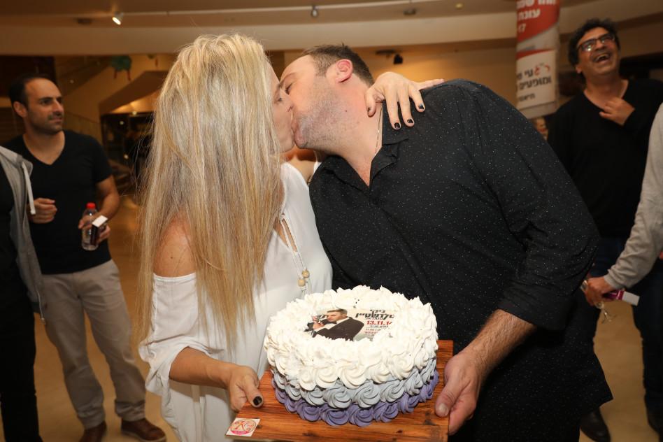 נשיקות. ניקי גולדשטיין עם אשתו שירלי