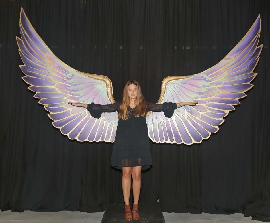 ויקטוריה'ס סי'קרט התקשרה... שילון מדגמנת כנפיים