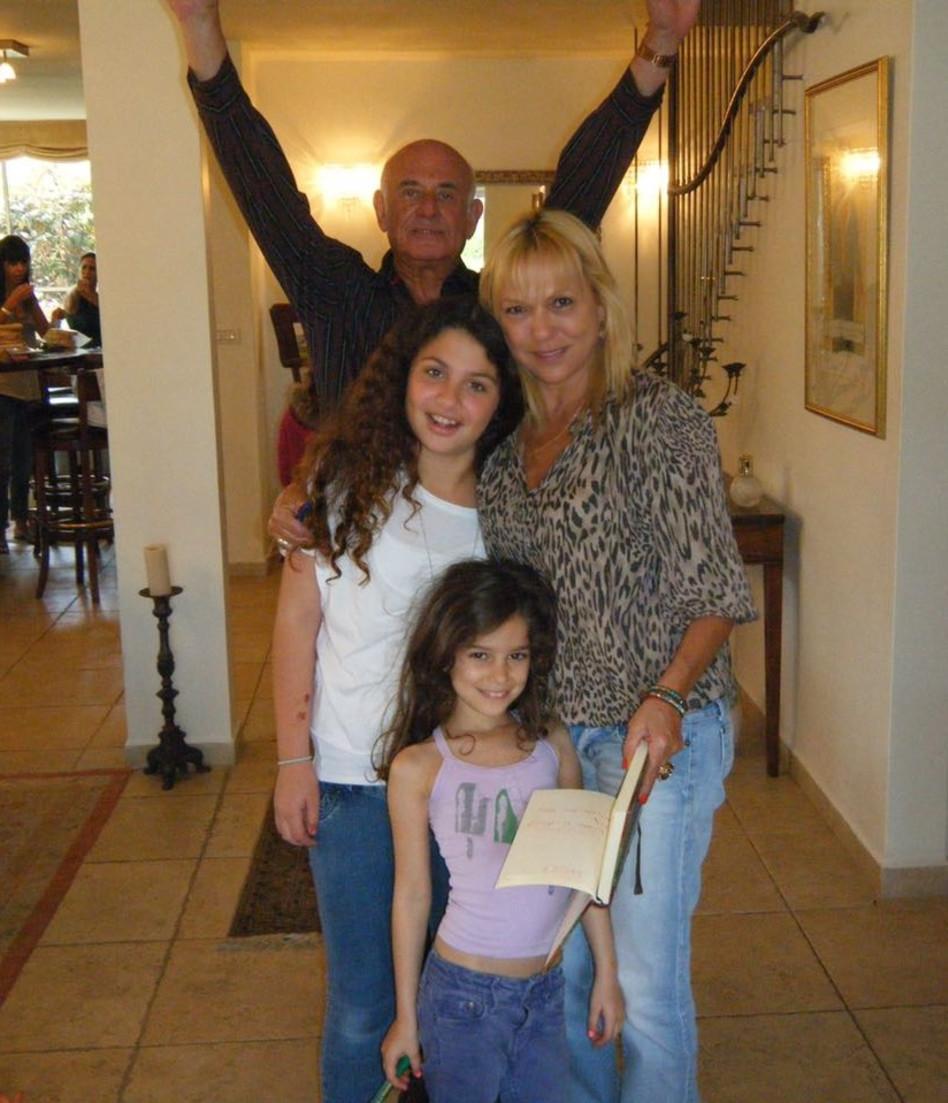 משפחה שכזאת. סופי פורת עם יעקב פרי ונכדותיה (צילום אישי)